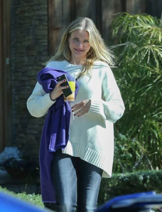 Finally Pregnant! Cameron Diaz Covers Midsection To Hide ...Cameron Diaz Pregnant Pic