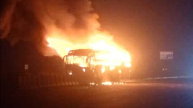आगरा-लखनऊ एक्सप्रेस-वे पर स्लीपर बस में लगी आग, एक यात्री की मौत