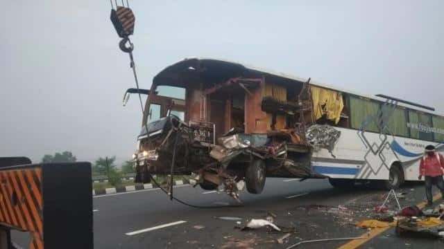 यूपी : आगरा-लखनऊ एक्सप्रेस वे पर भीषण हादसा, बस-ट्रक की टक्कर में दो की मौत, कई यात्री घायल
