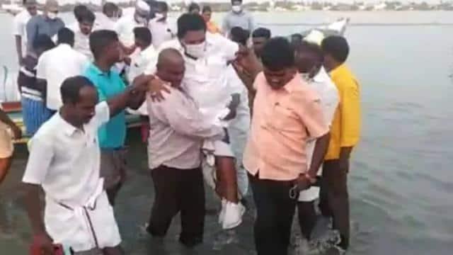 पानी में जूते ना भीग जाएं इसलिए मंत्री को गोद में उठा ले गया मछुआरा , VIDEO वायरल होने पर बोले माननीय- इसमें गलत क्या है