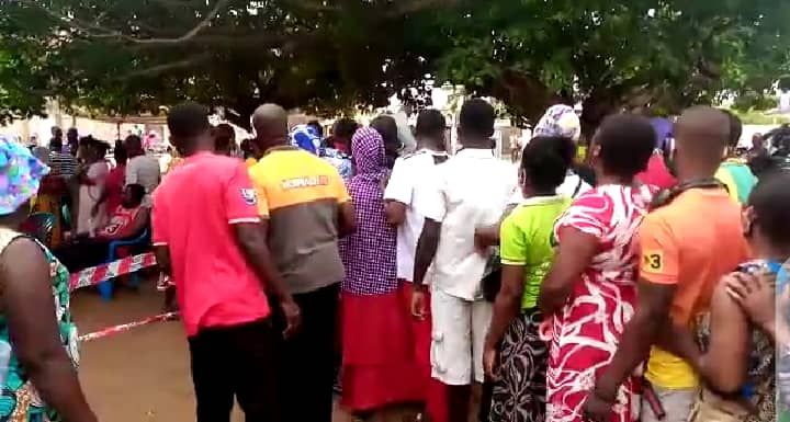 Voter's register: EC officials struggle to control crowd at Ketu South 2