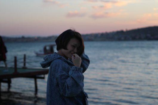 海辺に立っている女性