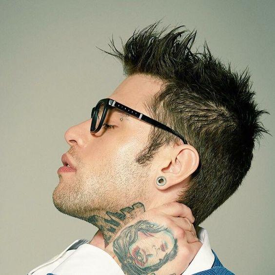 Fedez da rapper ad imprenditore. Photo di Fedez con occhiali da sole