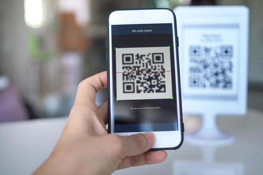 QR Code Plakat abscannen (Bild: Shutterstock)