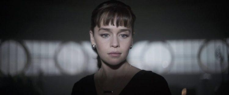 En dan volgt het eerste echte shot van Qi'Ra, gespeeld door Emilia Clarke.