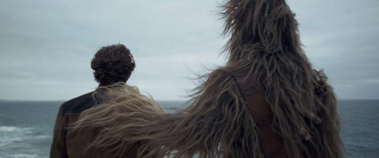 En als die title card en muziek je nog geen kippenvel gaven, dan zal dit shot waarin Chewbacca zijn hand op Han's schouder legt daar wel voor zorgen. Interessant puntje hier is ook dat Chewie zijn bekende bandolier draagt, maar dat deze leeg is. Heeft Chewie al zijn munitie opgebruikt? Of heeft Han hem net uit een benarde situatie gered waarin hij zijn munitie heeft moeten afstaan?