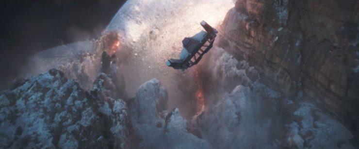 In het volgende shot zien we echter datzelfde schip langs de bergen opvliegen terwijl de speederbikes met container en al tegen de berg op lijkten te vliegen. Ook doet de scene ons geloven dat Han achter de stuurknuppel van het grotere schip zit.