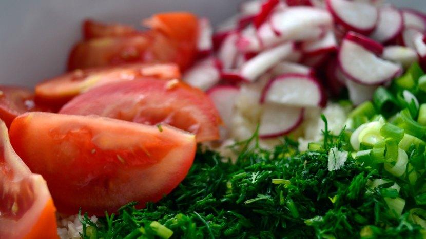 Surówka z młodej kapusty z pomidorem i rzodkiewką