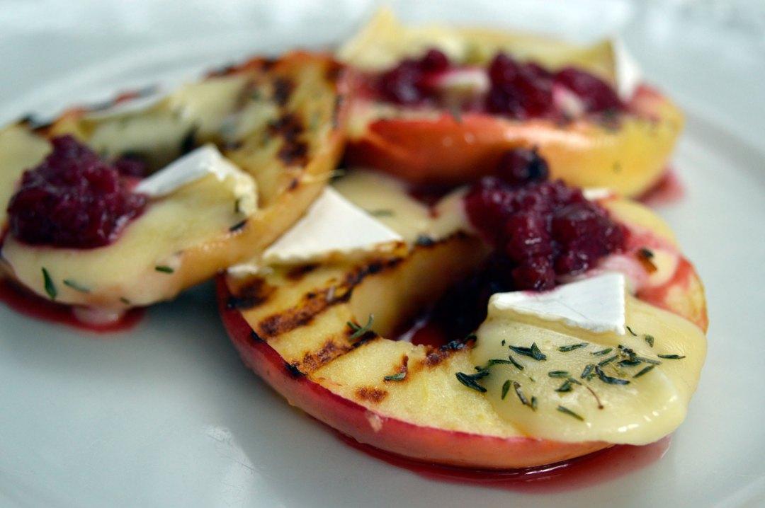 Imbirowe jabłka z serem brie