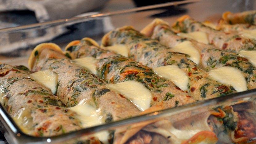 Naleśniki zapiekane z sosem bolognese i mozzarellą