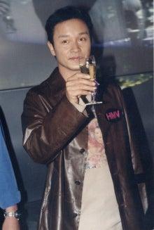 99年10月23日香港 新曲《陪[イ尓]倒數》宣伝/レスリー・チャン(張 ...