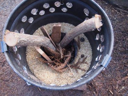 細い薪と杉葉