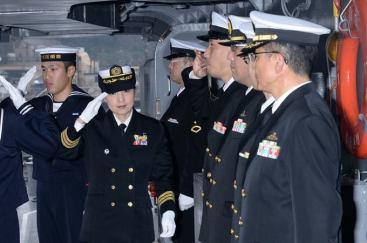 ميهو أوتاني تحيي قادة المدمرة بتحية عسكرية | كيودو