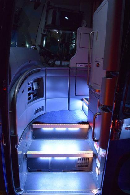 Jバス新車 日野セレガ ハイデッカー 入口階段をLED照明で明るく照らします