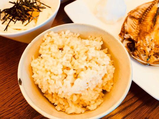 ロウカット玄米を食卓に並べた画像