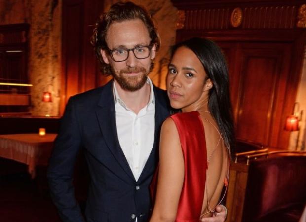 टॉम हिडलेस्टन और ज़ॉ एश्टन कथित तौर पर पिछले छह महीनों से एक साथ डेटिंग और रह रहे हैं