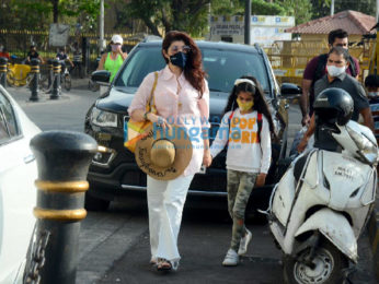 Photos: Twinkle Khanna snapped with her daughter Nitara Kumar at Gateway Of India   Parties & Events Moviesflix