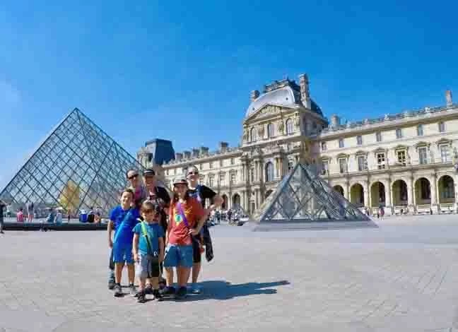 A family in front of the Louvre
