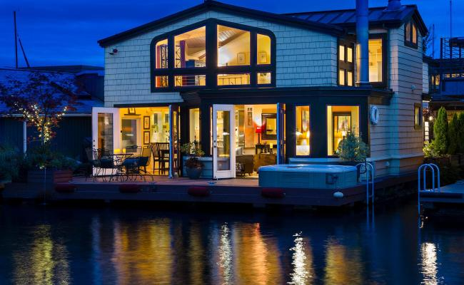 Photos What S Better Than A Houseboat One With A Hot Tub