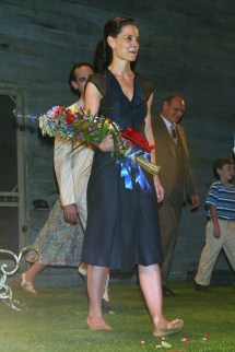 Katie Holmes Barefoot Walking