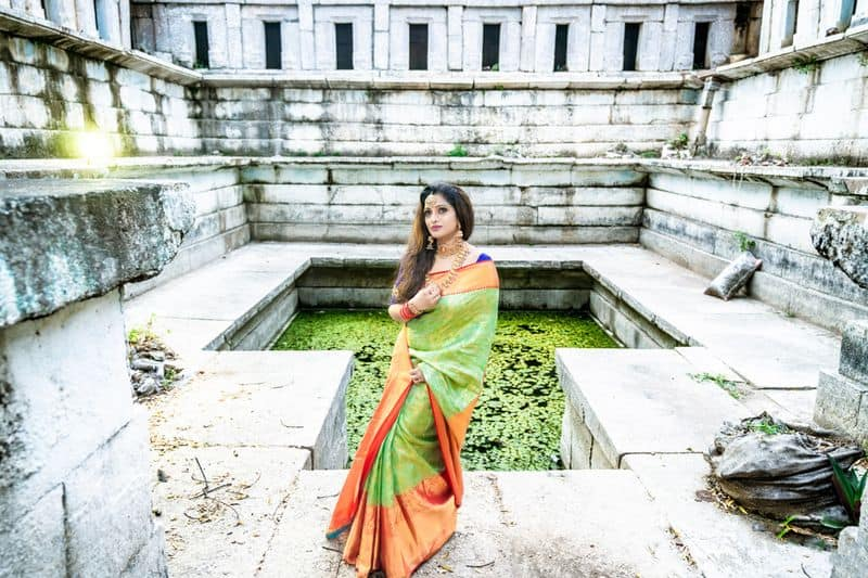 anchor udaya bhanu looks elegant in silk saree know interesting details about her