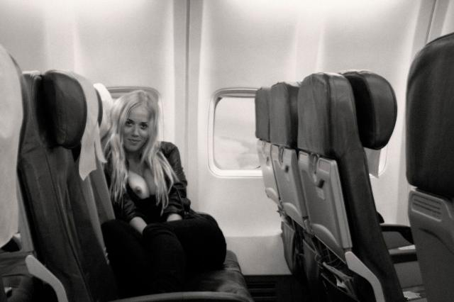 Exposing Her Tits On An Empty Airplane Porno Zdjecie