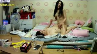 小情侣在出租房啪啪做爱流出,漂亮妹子感觉到了,娇喘连连女上位自己疯狂耸动