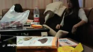 云南2位学院派年轻漂亮潮妹子与几个小青年KTV包厢嗨歌被边唱边搞直接脱光在沙发上啪啪啪干一半与拍摄的吵架了