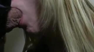 Rallige Freundin gefickt mit Daumen im Arsch!