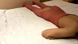 大一學妹穿著紅色洞洞裝誘惑我!我只好無套後入滿足她的性需求:抓臀猛幹