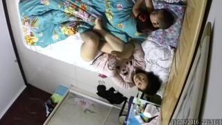 【線上看影片】家庭網絡攝像頭監控TP騷媽把孩子哄睡後玩手機視頻對著自己的逼和奶子給對方擼管!