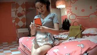[JAV101本土精選!] 礙事的朋友一離開,馬上脫掉她的白色熱褲按在床上不停操!
