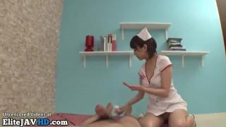 日本の巨乳看護師は患者を助けます