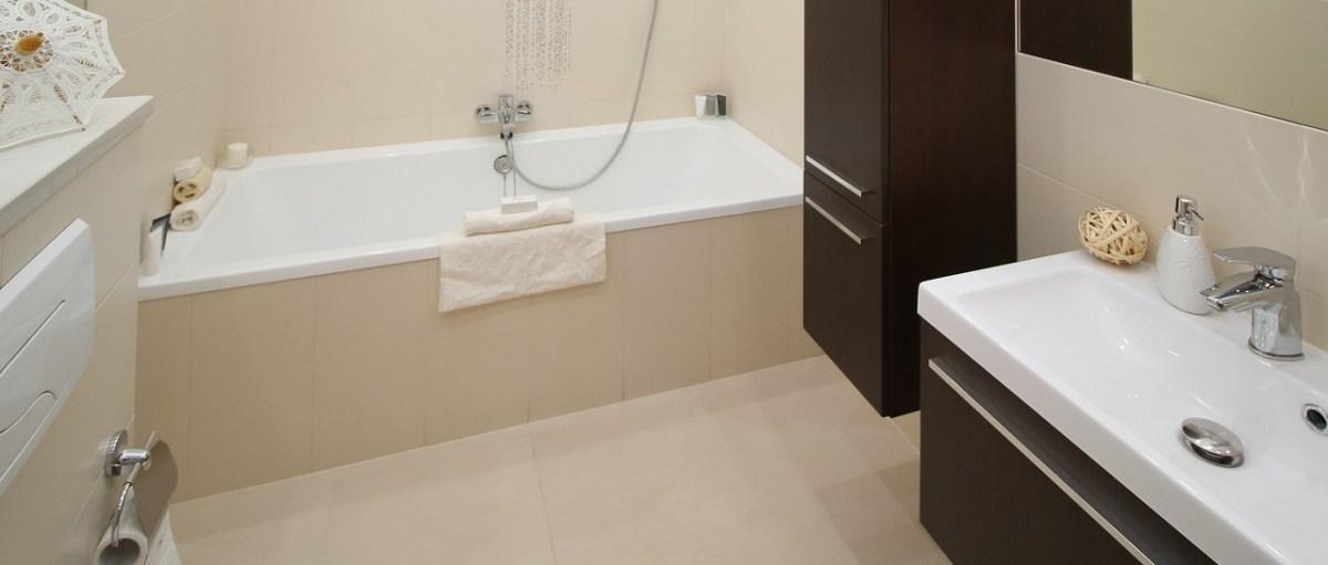 Шкаф-пенал и тумба в ванной комнате