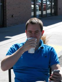 Jens genießt einen Grande Caffe Latte