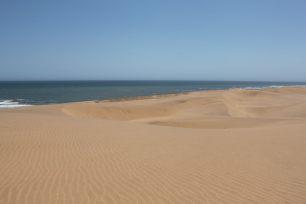Der Atlantik trifft auf die Dünen bi Swakopmund.