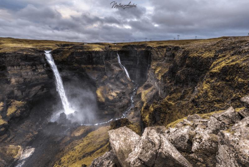 watervallen over een klif op een stormachtige dag