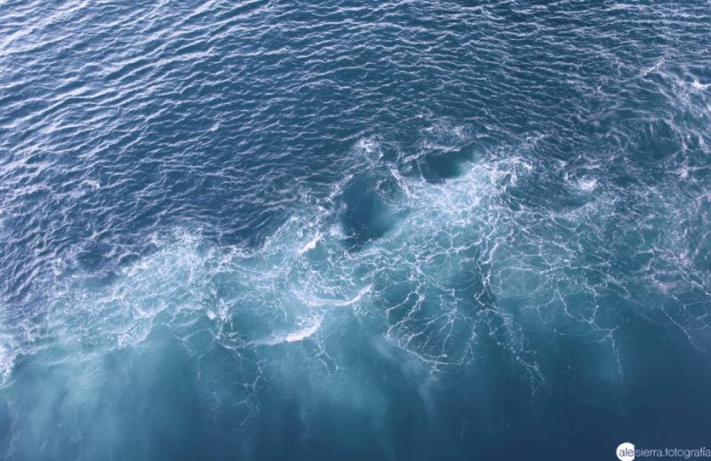 overzicht van de blauwe zee als de golven elkaar ontmoeten