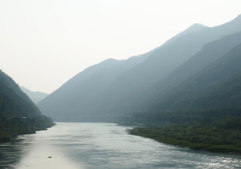 mistige groene bergen en blauwe rivier