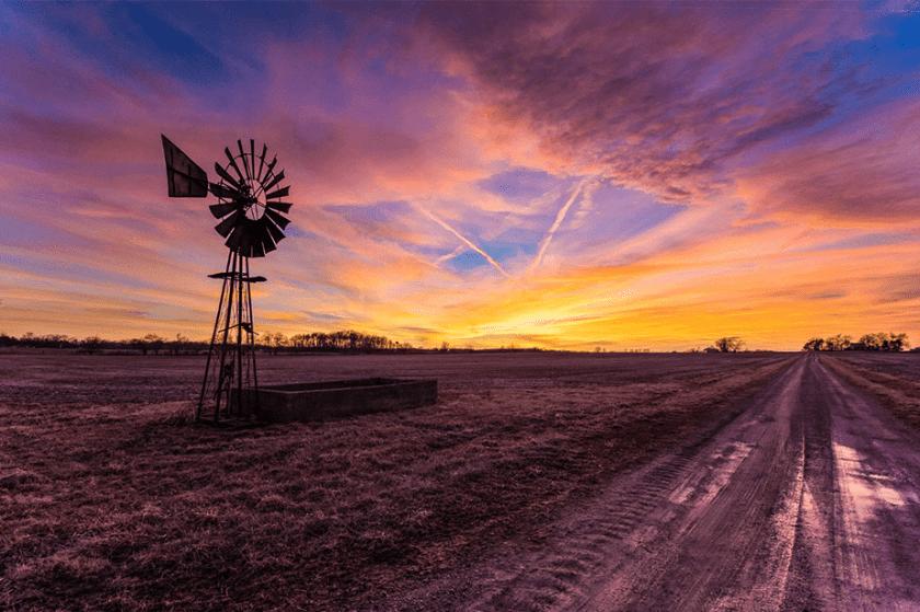 zonsondergang op het platteland in ohio met windmolen