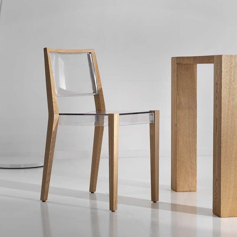 chaise design transparente avec structure en bois massif together
