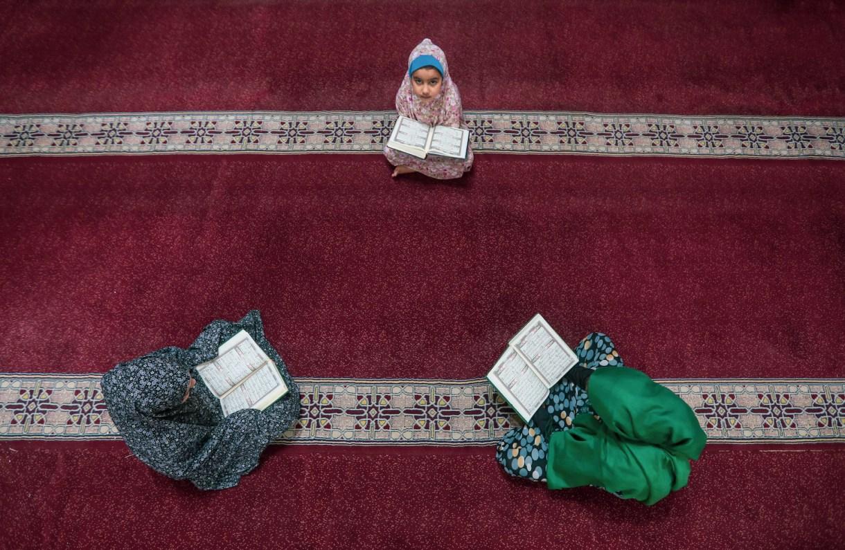 Young girls reciting the Quran, Gaza City, April 26, 2020. (Mohammed Zaanoun)