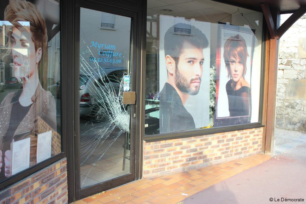 la vitrine du salon a ete brisee par les malfaiteurs