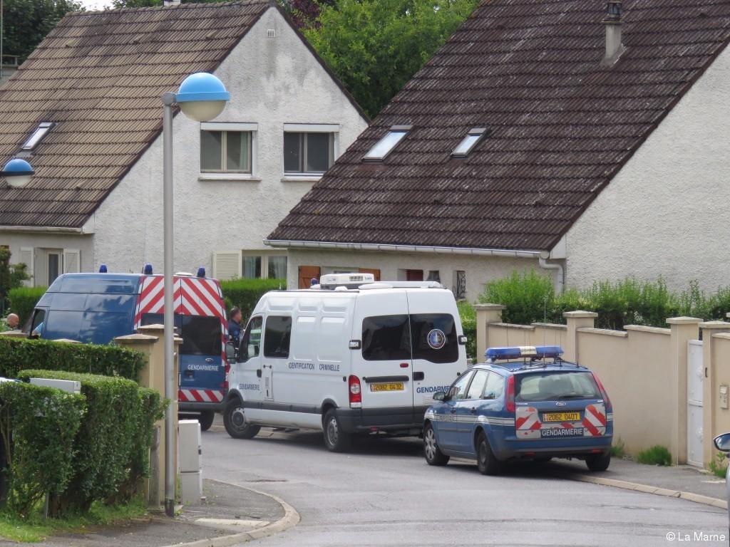 les gendarmes sont restes devant la maison dans laquelle le crime se serait deroule