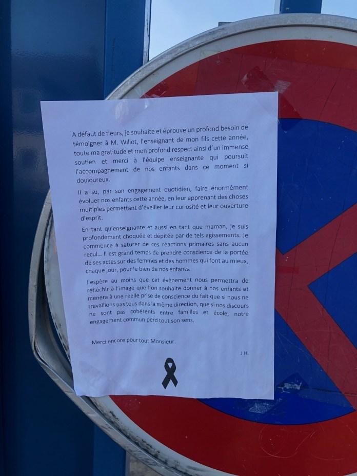Sur la grille de l'établissement, ce long message est signé par une mère également enseignante.