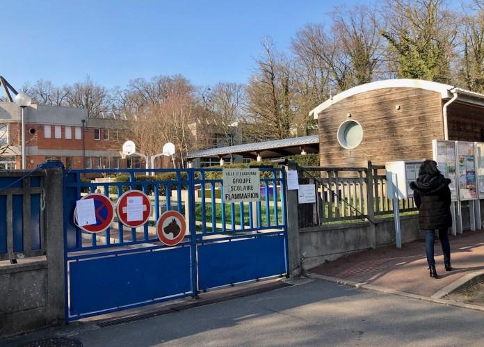 Devant le groupe scolaire Flammarion d'Eaubonne (Val-d'Oise), des parents d'élèves ont exprimé leur indignation après la tragédie.