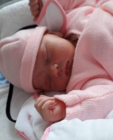 La petite Aria a été pesée dès son arrivée à la maternité.
