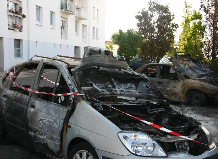 Le défendeur a été condamné pour quatre destructions de véhicules.