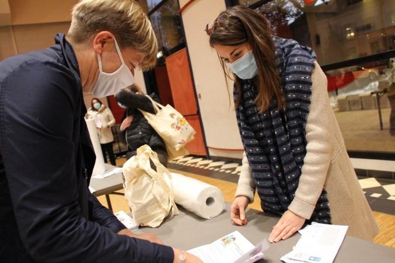 Mardi 3novembre 2020, une distribution de kits sanitaires avait lieu à Château-Gontier (Mayenne) dans la salle des fêtes.