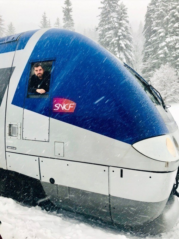 Anthony, train driver, and the snow plow that operates on a Cantal line (Aurillac-Neussargues).